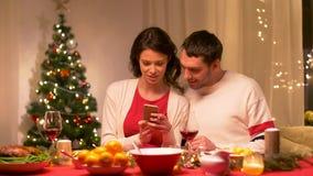 Par med den hemmastadda julmatställen för smartphone lager videofilmer