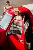 Par med den klassiska bilen Arkivbilder