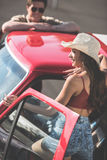 Par med den klassiska bilen Royaltyfri Foto