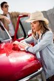 Par med den klassiska bilen Royaltyfria Bilder