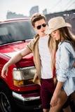 Par med den klassiska bilen Royaltyfria Foton