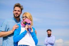 Par med det romantiska datumet för blommabukett ny förälskelse Startar den hållande ögonen på flickan för före dettapartnern lyck arkivbilder