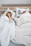 Par med duntäcket i sovrum Royaltyfria Bilder