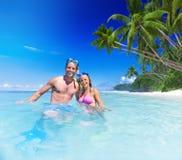 Par med dykapparatkugghjulet i paradis Royaltyfria Bilder