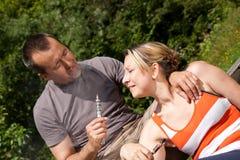 Par med e-cigaretten i natur Fotografering för Bildbyråer