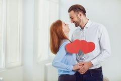 Par med en hjärta i deras händer St Dag för valentin` s arkivfoto