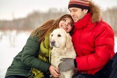 Par med en hund på vinter Royaltyfri Bild