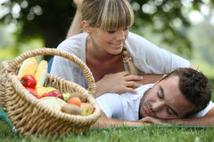 Par med en picknick Royaltyfri Foto