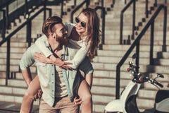 Par med en sparkcykel royaltyfri foto