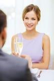 Par med exponeringsglas av champagne på restaurangen arkivfoto