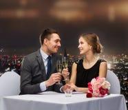 Par med exponeringsglas av champagne på restaurangen Arkivbild