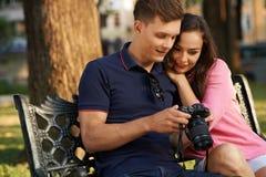 Par med fotokameran Fotografering för Bildbyråer