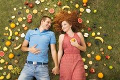 Par med frukt arkivfoton