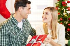 Par med gåvan på jul royaltyfri bild