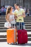 Par med GPS navigatören och bagage Royaltyfria Foton