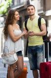 Par med GPS navigatören och bagage Royaltyfri Bild