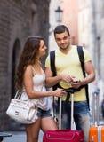 Par med GPS navigatören och bagage Royaltyfri Fotografi