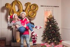 Par med guld- 2018 ballonger Arkivbild