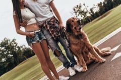 Par med hunden royaltyfri foto
