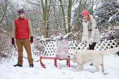 Par med julgåvor på släden Arkivfoton