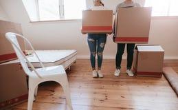 Par med kartonger som flyttar sig till det nya huset Royaltyfria Bilder