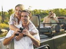 Par med kikare i jeep royaltyfria foton