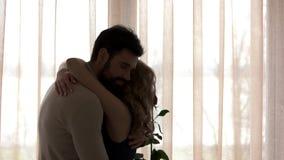 Par med krama för ros stock video
