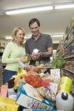 Par med livsmedelsbutikshopping i supermarket Royaltyfri Foto