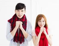 Par med lyckönskan gör en gest för kinesiskt nytt år royaltyfri bild