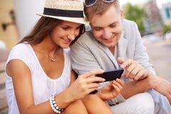 Par med mobiltelefonen Fotografering för Bildbyråer