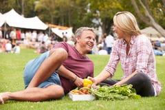 Par med ny jordbruksprodukter som köps på den utomhus- bondemarknaden Royaltyfri Fotografi