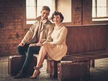 Par med resväskor på en drevstation Fotografering för Bildbyråer