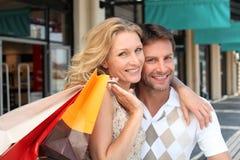 Par med shoppingpåsar Arkivfoto