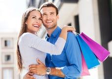 Par med shoppingpåsar Royaltyfria Bilder