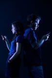 Par med Smartphones Fotografering för Bildbyråer