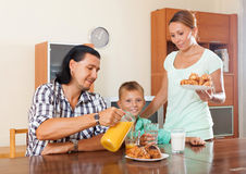 Par med tonåringsonen som har frukosten i hem Arkivfoto