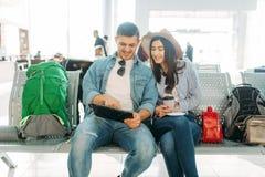 Par med väntande på avvikelse för bagage, flygplats royaltyfria bilder
