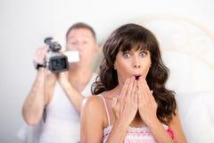 Par med videokameran i sovrummet Arkivfoton