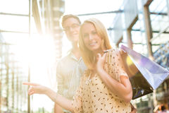 Par, medan shoppa och spendera pengar Royaltyfria Foton