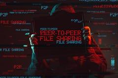 Par a mirar concepto del compartir archivos con la persona encapuchada anónima fotos de archivo libres de regalías