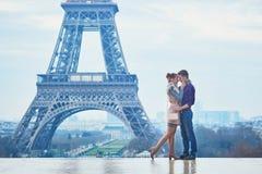 Par nära Eiffeltorn i Paris, Frankrike arkivfoton