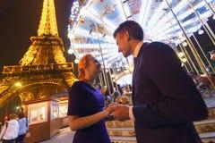 Par near Eiffeltorn på natten Royaltyfria Bilder