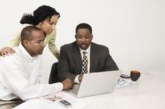 Par och revisor Using Laptop Arkivbild