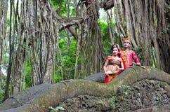 Par på apabron Ubad BaliBALI, INDONESIEN - MAJ 17 Koppla ihop på apabron Ubad Bali efter bröllopceremoni på Maj 17, 201 Arkivbilder