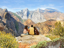 Par på att fotvandra tur i höga berg Arkivbild
