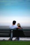 Par på bänk. Arkivbilder