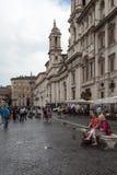Par på bänk i piazza Navona Royaltyfria Foton