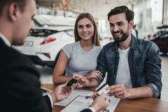 Par på bilåterförsäljaren royaltyfria foton