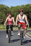 Par på cirkulering rider tillsammans arkivfoton