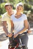 Par på cirkulering rider tillsammans royaltyfri fotografi
